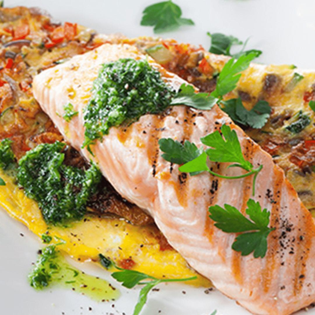 Gegrilde zalm met groente omelet en kruidenpesto 1